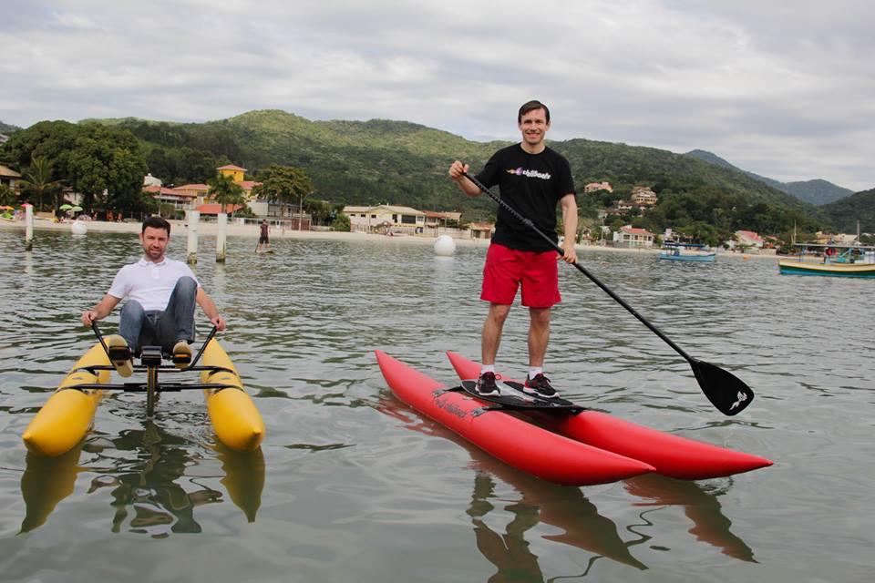 Prefeito de Porto Belo experimentando o Bikeboat